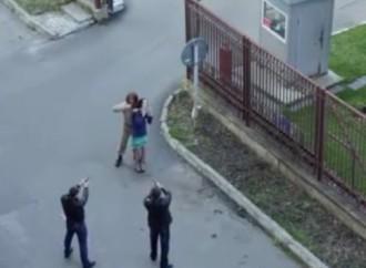 Vídeo: Soldado confunde escena de toma de rehén en una filmación como caso real