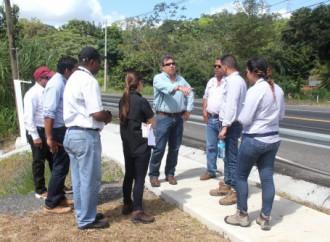 Ministro Arosemana inspecciona tramo en la curva de Chago en Colón