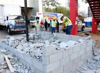 Autoridades remueven construcción en servidumbre pública