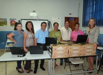 Meduca hace entrega de computadoras a docentes de la Escuela Tomás Herrera