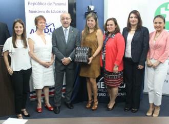 MEDUCA recibe fuentes biográficas de la OEI para escuelas oficiales