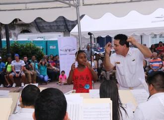 Ministro Milton Henríquez otorga Beca para estudios de Música al niño Alberto García