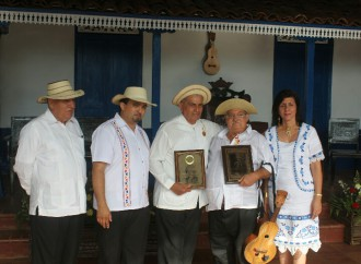 "Efraín Gutiérrez ganó premio""DoraPérezdeZárate"" del Festival Nacional de la Mejorana"