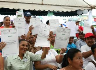 Gobierno entregó títulos de propiedad y brinda servicios a población de Río Indio