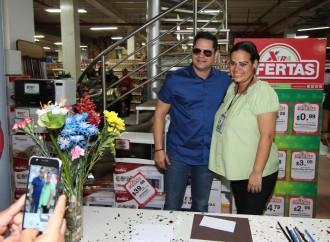 Clientes de Supermercados Xtra reciben la grata visita del salsero Rey Ruiz
