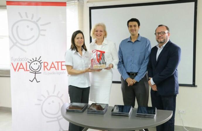 MET entrena a personal de Fundación Valórate en el uso de tecnología para la educación