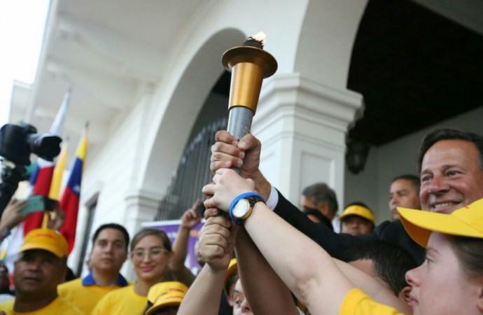 Presidente recibe la Antorcha de los III Juegos Latinoamericanos de Olimpiadas Especiales