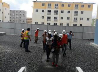 Familias realizan recorrido por el complejo habitacional Altos de Los Lagos en Colón