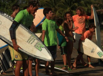 "Playa El Estero en Veraguas es el escenario del ""One dollar per wave for local schools"""