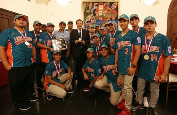 Presidente Varelaagasaja a campeones mundiales de béisbol intermedio