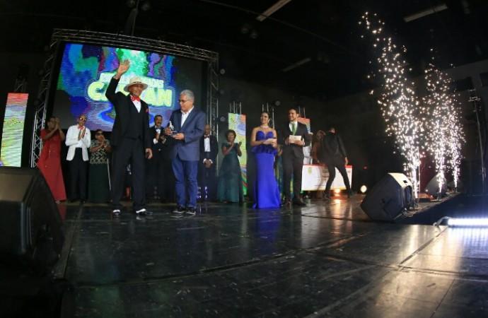 Ganadores del concurso Estrellas Doradas Cantan 2017 recibieron sus premios