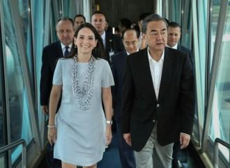 Viceministra Navarro recibe a Canciller Chino en Aeropuerto Internacional de Tocumen
