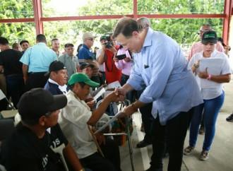 Presidente Varela encabeza titulación masiva de tierra en Bocas del Toro y entrega nueva carretera en la Comarca
