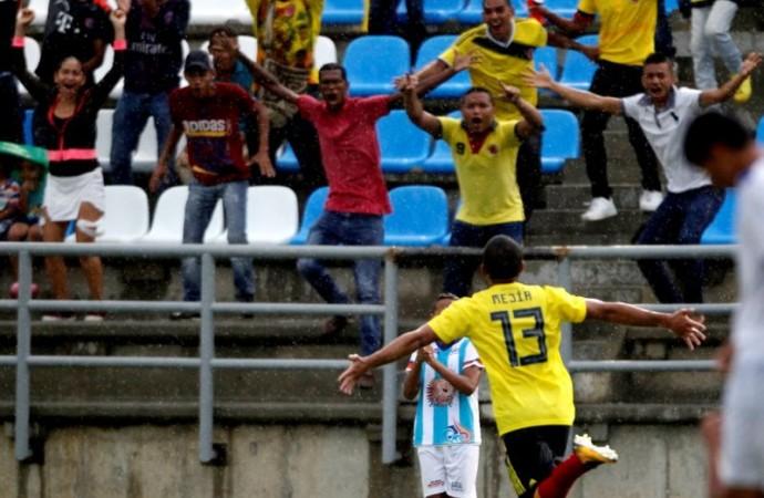 Ecuador golea y Colombia empata sobre la hora en fútbol masculino