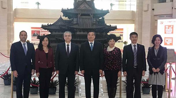 Ministro De La Guardia se reúne con actores del sector bancario chino