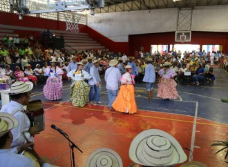 Adultos mayores festejan en la primera Feria Municipal de la Tercera Edad