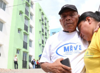 Con una inversión superior a los 260 mil balboas el MIVIOT reemplazará techos de 12 edificios de El Chorrillo