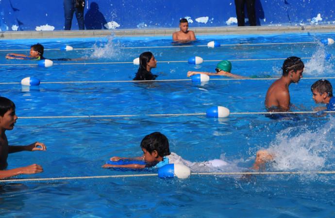 """Programa """"Aprendo a nadar"""" 2018 se desarrolla en las 8 piscinas municipales"""