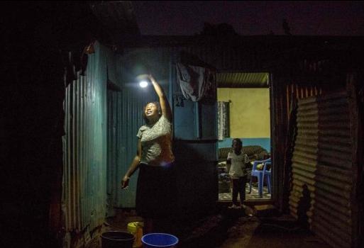 Mastercard y M-KOPA Solar se asocian para iluminar hogares y negocios en África