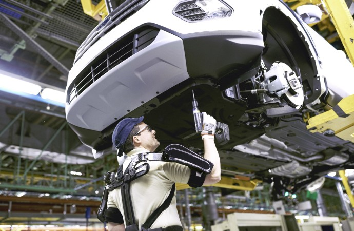 Ford se convierte en la primera automotriz en el mundo en integrar los trajes de 'Iron Man' en la línea de montaje