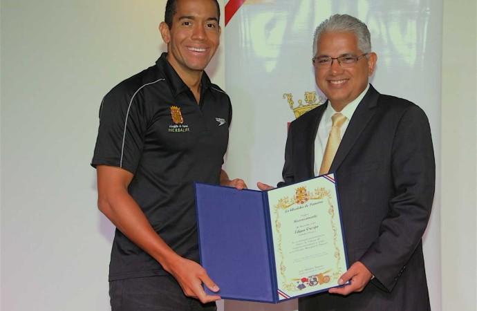 Alcaldía de Panamá otorgó reconocimiento aEdgar Crespo por su participación en las clínicasde natación