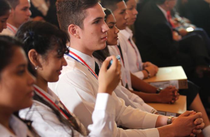 Gobierno ofrece reconocimiento a estudiantes graduandos con índices más altos en todo el país
