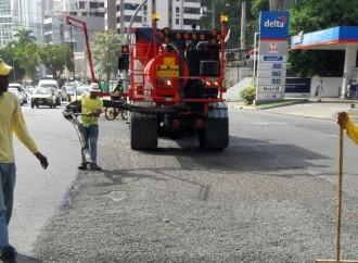 Varios sectores de la capital reciben mantenimiento vial con el camión Tapahueco