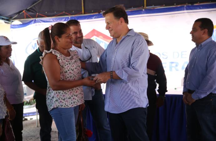 Gobierno entrega viviendas y títulos de propiedad en Natá