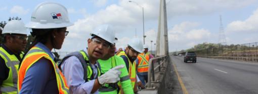 Colaboradores de Proyectos Especiales del MOP recorren el puente Centenario