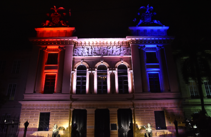 Proyecto de iluminaci n monumental resalta estructura del for Estructura del periodico mural