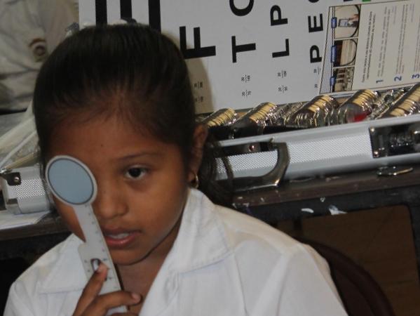 Programa Salud Visual beneficia a estudiantes de la escuela John F. Kennedy en Chilibre