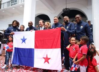 Selección de fútbol es condecorada y recibe la Bandera Nacional que llevará a Rusia