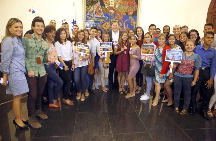 Jóvenes guías para la Jornada Mundial de la Juventud salen a especializarse en varios idiomas en el extranjero
