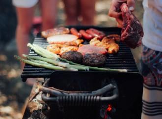 Chilenos celebran las Fiestas Patrias con asado, tortas y pisco