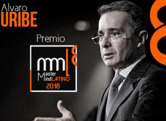 Expresidente colombiano Álvaro Uribe recibió el premio MasterMind Latino 2018 por su contribución al liderazgo regional