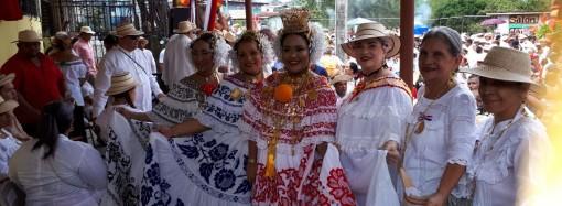 Santeños de San Miguelito celebraron el Grito de Independencia de La Villa con carretas típicas y tamboritos