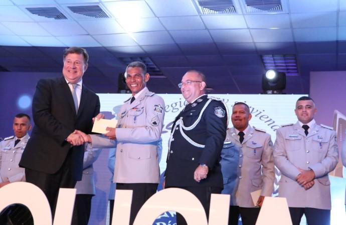 Presidente Varela destaca labor de la PN en la seguridad del país y otorga premio del Policía Ejemplar al teniente Aurelio Grenald