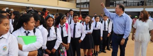 """""""Construcción de colegios modelo frena la migración de los campos de familias que buscan mejor educación para sus hijos"""", presidente Varela"""