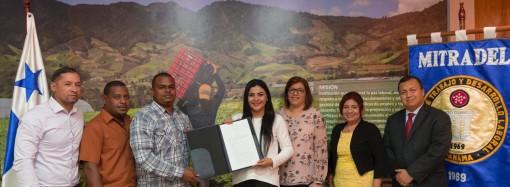 Trabajadores agrícolas y portuarios reciben personerías jurídicas
