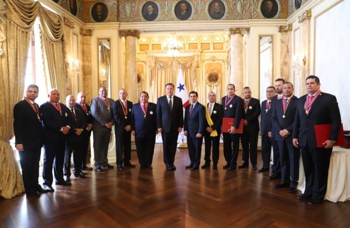 Presidente Varela condecora a 14 oficiales de carrera de los estamentos de seguridad