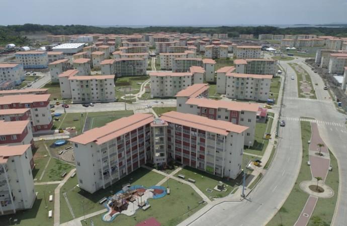Presidente Varela y ministro Sucre entregan apartamentos en Colón
