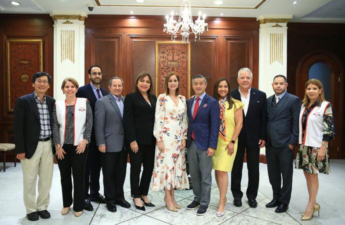 Primera Dama de la República recibe a neurocirujanos norteamericanos