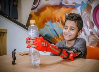 ONG Colombiana que ayuda a las víctimas de minas antipersonales lanza el primer brazo robótico de bajo costo y código abierto al mundo