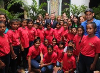 Presidente Cortizo Cohen cede el uso de alfombra a niños que visitan palacio