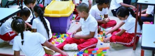 Estudiantes de Colón reciben kits de laboratorio de robótica donados por Zona Libre