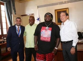 El cantante Sech visita la Presidencia y plantea proyectos para jóvenes en riesgo social