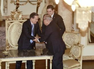 Lau Cortés toma posesión como director de la CSS en el palacio presidencial