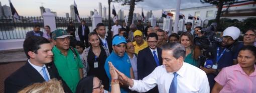 """""""No paremos de dialogar"""", pide Cortizo Cohen a docentes y grupos que marcharon a la Presidencia de la República"""
