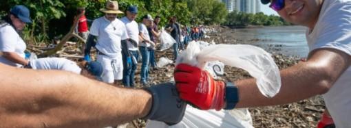 Equipo del Grupo Lufthansa en Panamá se pone los guantes para apoyar limpieza de playa en Costa del Este