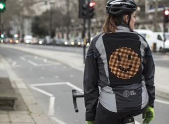 Ford diseña chaqueta con emojis para que ciclistas puedan decir a los conductores cómo se sienten